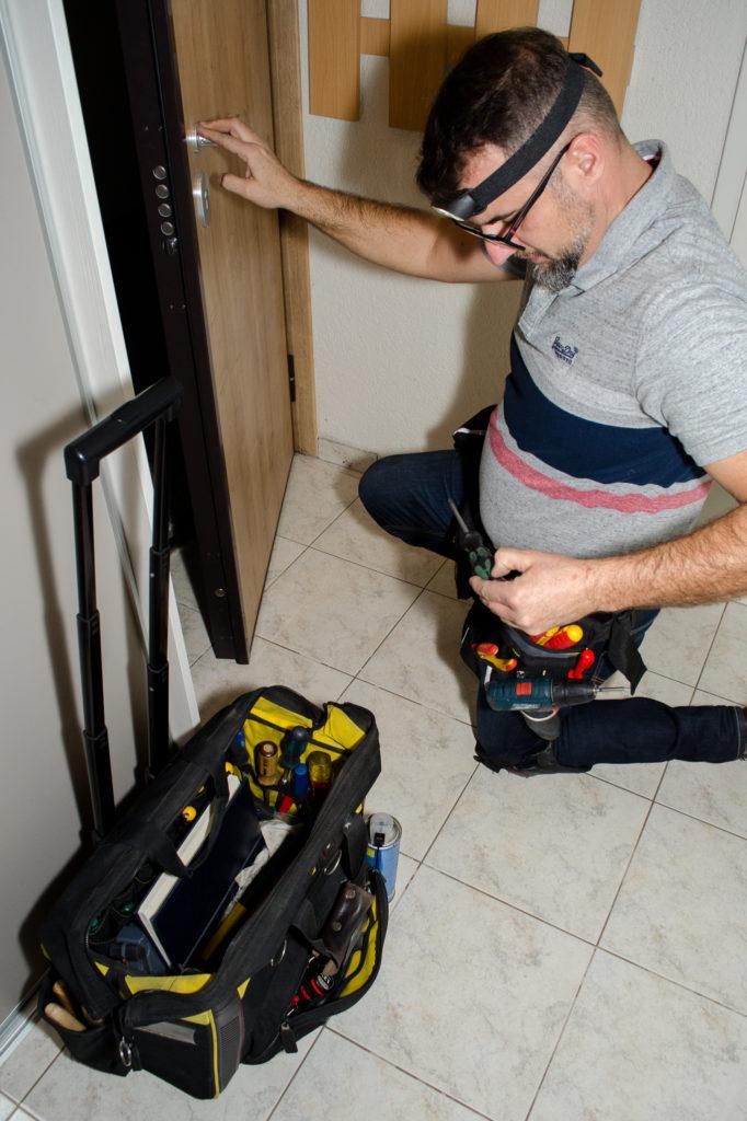 Hausmajstor popravlja protuprovalna vrata i bravu