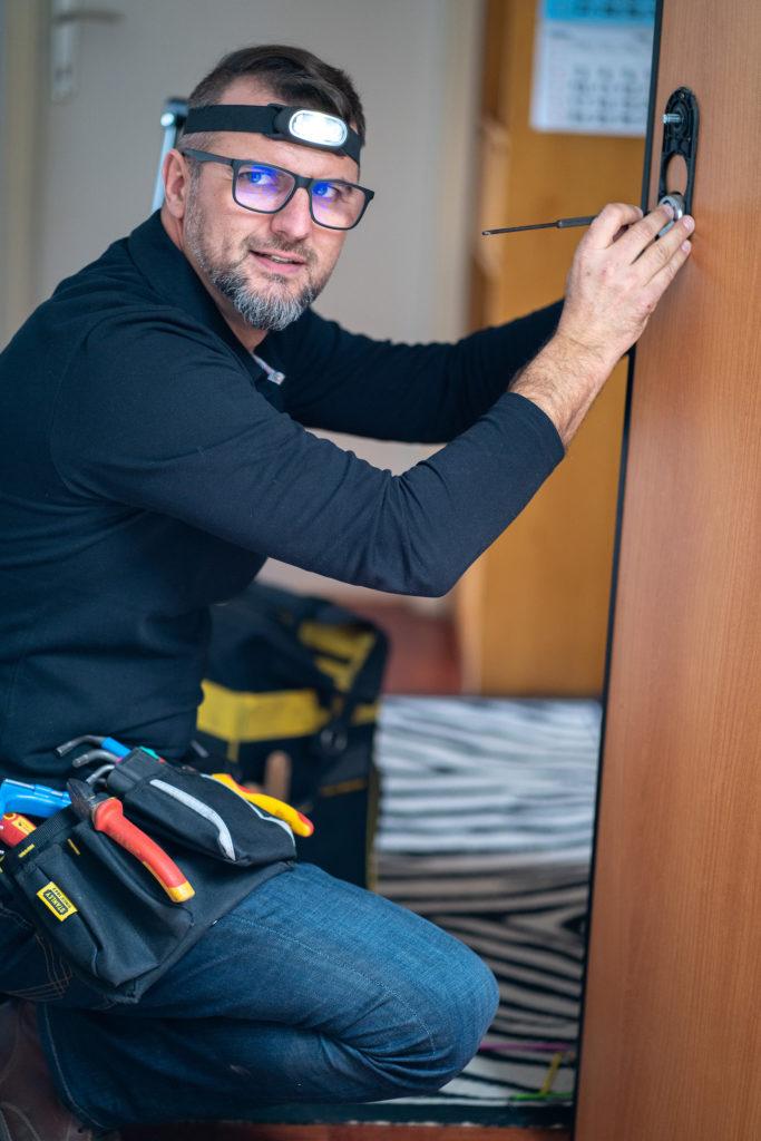 Hausmajstor radi hitnu bravarsku intervenciju na protuprovalnim vratima